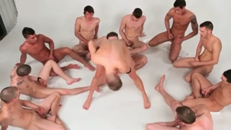 Grupo de novinhos fudendo