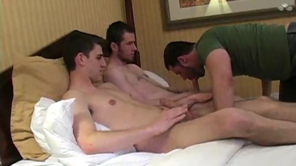 Irmãos comendo coroa safado