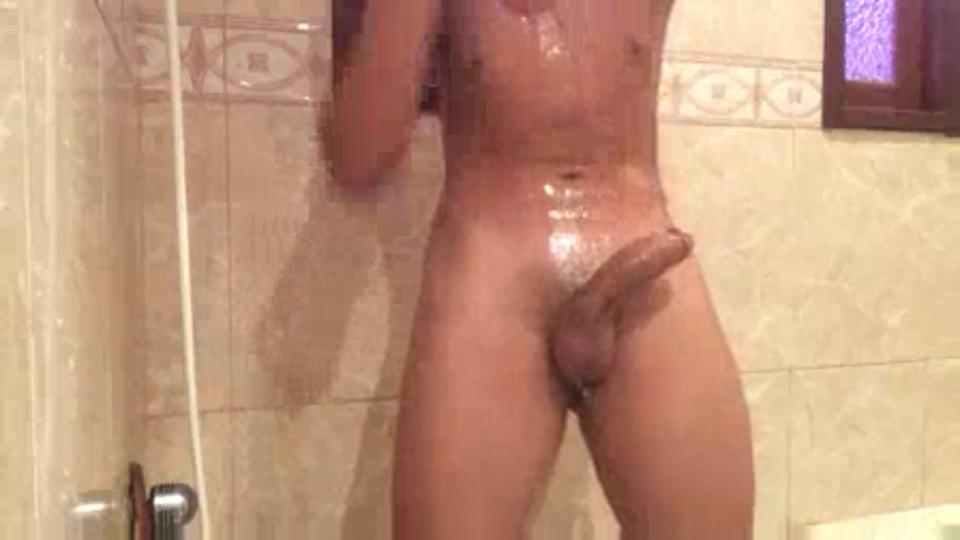 Garoto gozando no banho