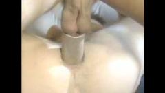 Novinho sacudo enfia o pau com camisinha no cu do putinho gay passivo