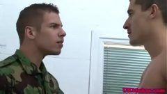 Jovens militares transando muito