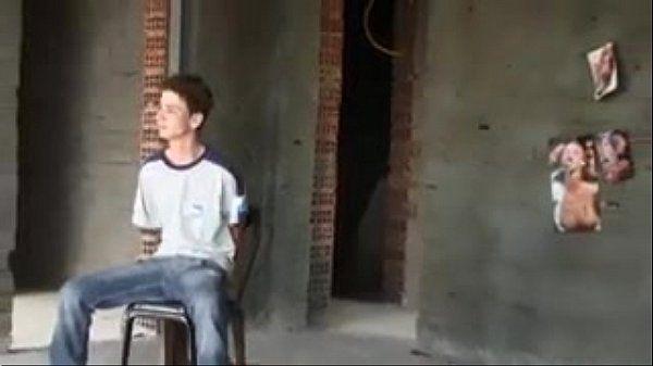 Novinho se perdeu na favela e traficantes o foderam com força