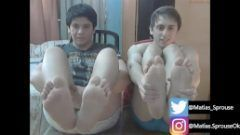BONITOS CHICOS MOSTRANDO PIES Y BULTOS EN WEBCAM