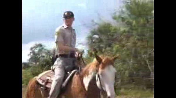 Policial comeu o novinho no campo e gozou muito