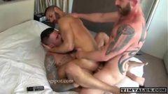 Dupla penetração gay com marmanjo dotado sendo fodido