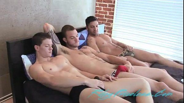Filme porno gay com homens sarados na piscina