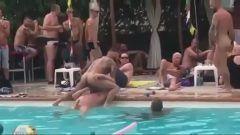 Gay tube mostrando dois amigos se fodendo em festa na piscina