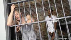 Sexo gay na prisão com dois marmanjos em interracial