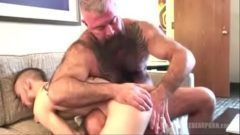 Urso peludo transando com homem gostoso em video de sexo gay