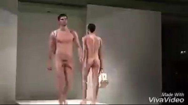 Cafucus mostra homens pelados desfilando