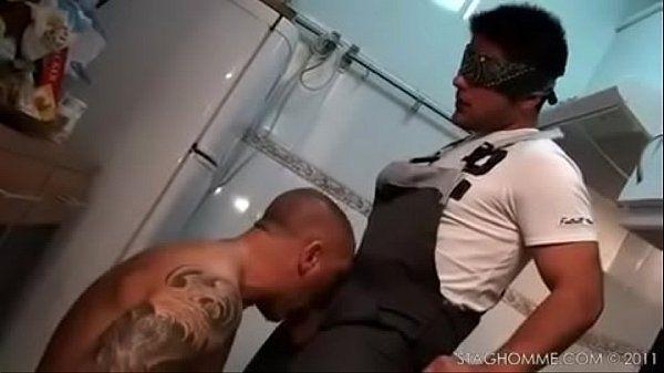 Safado chupando um cara vendado - Mundobicha.com