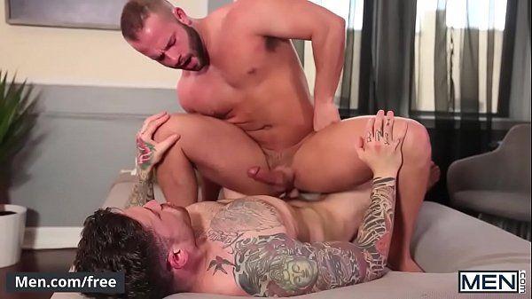 Amigos dotados trocando o cu em um belo porno