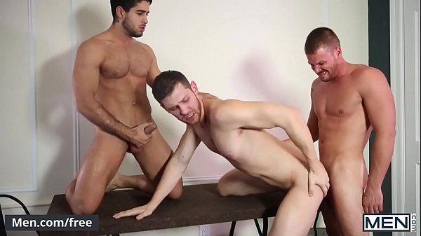 Branquinho fodendo com seus dois amigos escondido