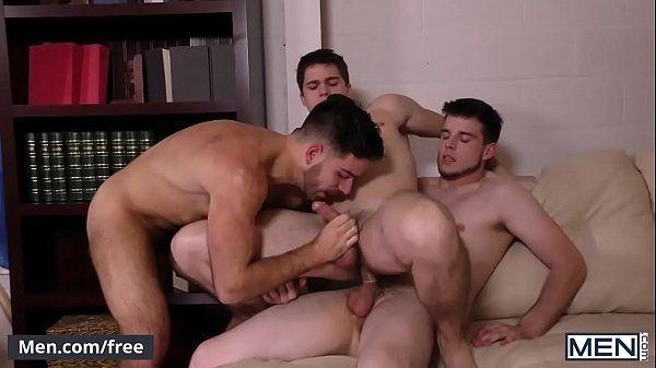 Novinho fodendo na sala com seus dois amigo