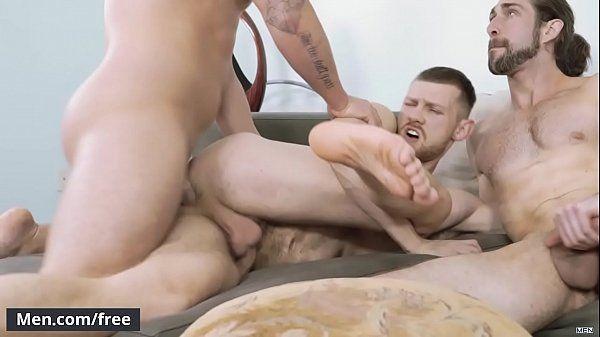 Rapaz da bunda grande fodendo com dois caras ao mesmo tempo