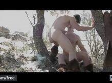 Amigo da bunda grande transando com seu seu parceiro de quatro no mato