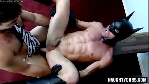 Rapaz vestido de batiman fodendo com seu namorado