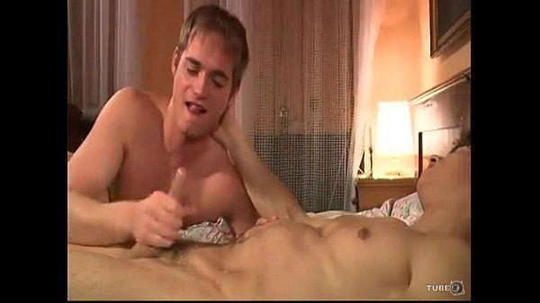 Branquinho bonito fodendo com seu primo escondido em um belo porno amador