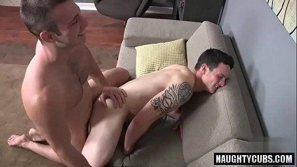 Branquinho rabudo transando com seu namorado no sofá de quatro