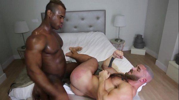 Negão dotado comendo o cu de seu melhor amigo acabou ciando na net