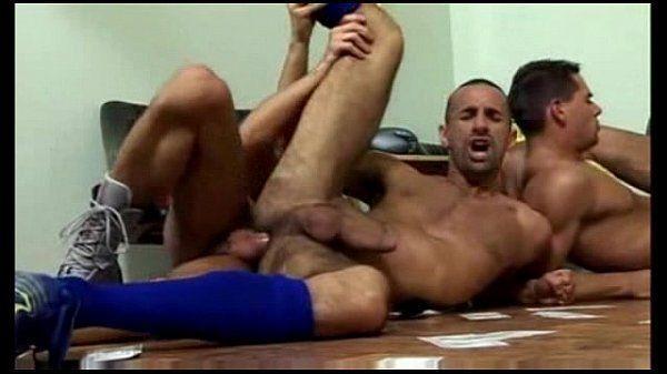 Novinho safado fodendo de ladinho com seu colega dotado em um belo porno amador