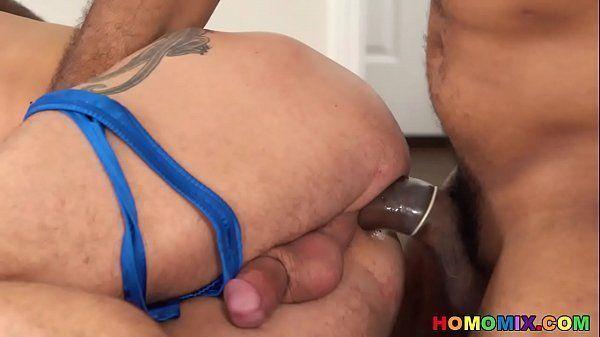 Safado dando  o cu para seus dois colegas de trabalho em um belo porno