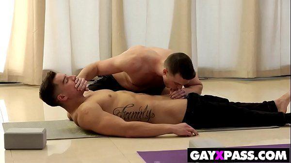 Safado rabudo fodendo com seu professor de yoga acabou no xvideos