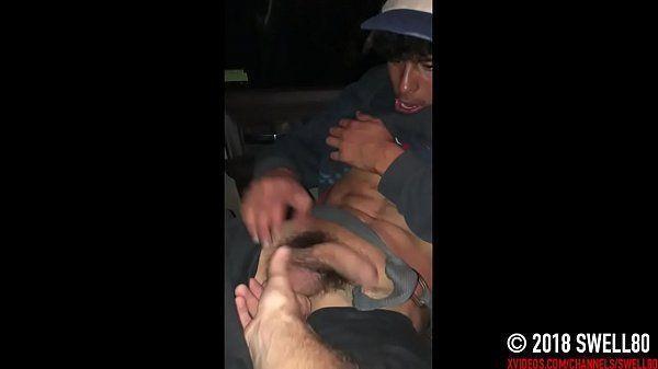 Safado tatuado transando com seu colega dentro do carro acabou no xvideos