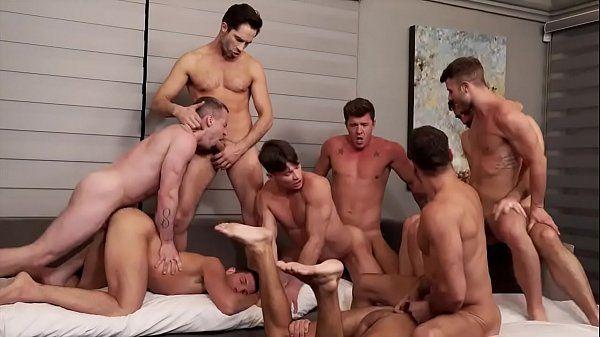 Safados dotados fazendo orgia acabou caindo na net em um belo porno