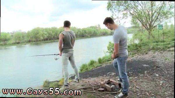 Homens gostosos tirando a roupa durante banho no rio