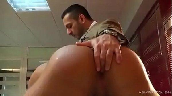 Safado da bunda grande fodendo seu cu com seu colega de trabalho caiu na net
