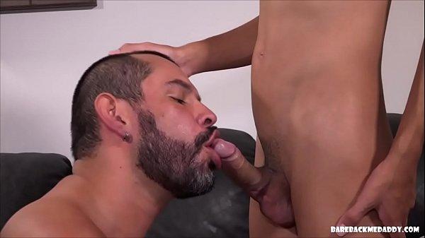 Sexo gay bareback com barbudo mamando rola