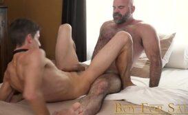 Daddy maduro trepando com o novinho gay