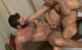 Homem peludo dando o cu gostoso