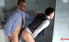Trocando cu com estranho no banheiro publico