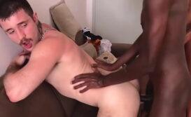 Gay pelado fazendo dupla penetração com negros dotados