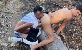 Negro hetero chupando o cuzinho do gay amador no parque